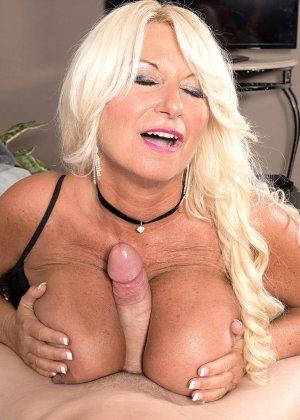 Симпатичная блондинка в годах удовлетворят своего любовника своим пышным бюстом, член мужика доволен от таких ласк - фото 5
