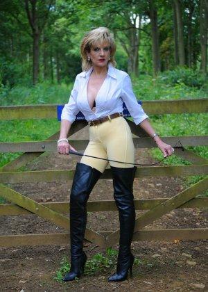 Леди Соня показывает свою задницу в облегающих брюках и поражает объемом груди - фото 10