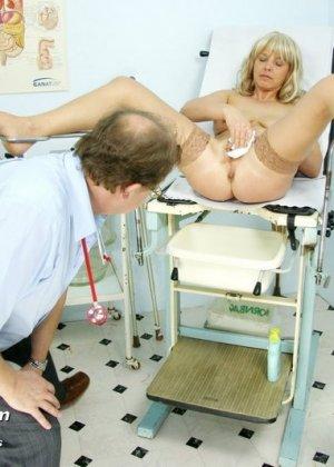 Женщина оказывается на приеме у гинеколога и раздвигает ноги для очень тщательного осмотра - фото 11
