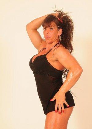 Женщина с бодибилдерским телом позирует перед камерой, а затем позволяет фотографу себя ласкать - фото 5