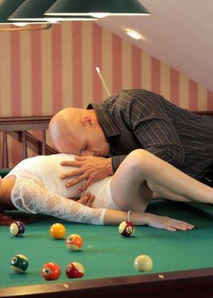 Рыжая красотка разрешила парню сделать ей кунилингус а потом отсосала ему член - фото 12