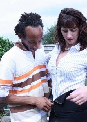 Зрелая темпераментная женщина соблазняет темнокожего мужчину и позволяет себя трогать - фото 5