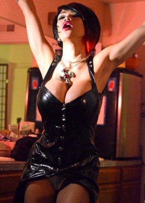 Сексуальная девушка вампир не только выпьет вашу кровь, но и наденет откровенное белье, чтобы свести с ума - фото 4