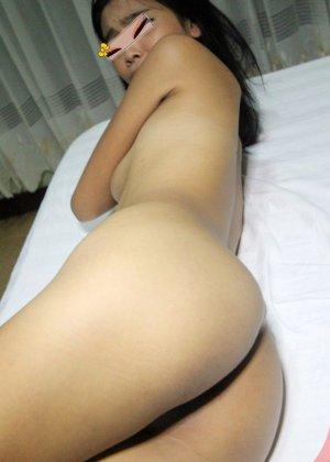 Азиатка в белых чулках занимается развратным минетом с дружком - фото 6