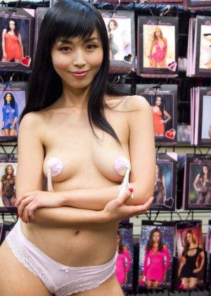 Жестокий секс с хорошей телкой азиатской внешности на полу в подвале - фото 4