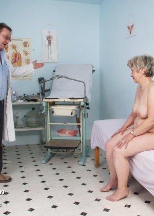 Женщина в зрелом возрасте показывает себя со всех сторон опытному врачу, раздвигая перед ним ноги - фото 8