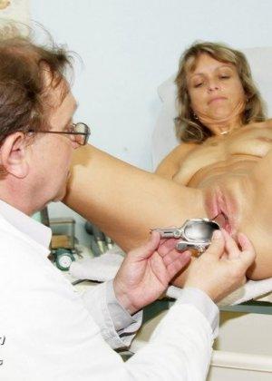 Зрелая Владимира заботится о своем здоровье, поэтому приходит к гинекологу на тщательный осмотр - фото 14