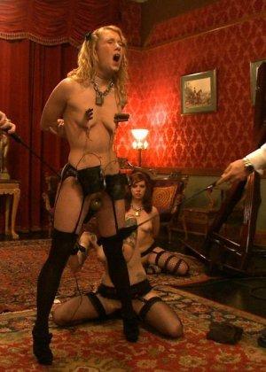 Девушки оказываются связаны и готовы показывать своим господам настоящее шоу для их удовольствия - фото 20