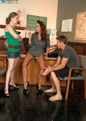 Молоденькая телочка ублажает мужчину под руководством опытной женщины, которая руководит процессом - фото 11
