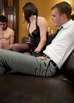 Брюнетка в латексе занимается жестокой еблей с незнакомым мужиком - фото 4