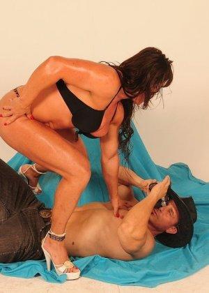 Женщина с бодибилдерским телом позирует перед камерой, а затем позволяет фотографу себя ласкать - фото 10