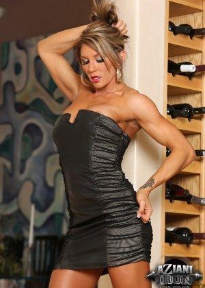 Горячая штучка показывает свою отличную физическую подготовку - ее телу можно только позавидовать - фото 8
