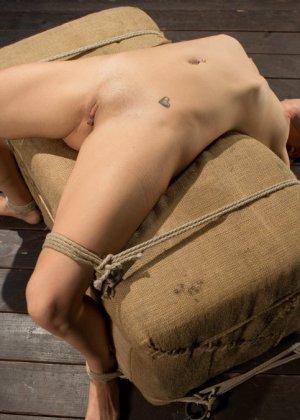 Девушку связывают в неудобной позе, а затем устраивают ей мощный секс с необычными приемами - фото 15