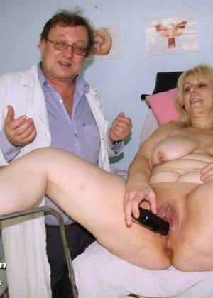 Женщина в зрелом возрасте приходит к гинекологу, чтобы подставить для осмотра свои отверстия - фото 12