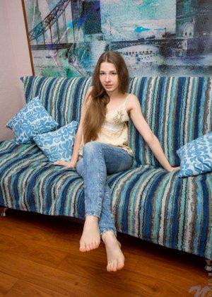 Молоденькая телочка раскрывает свои стройные ножки, чтоб показать свою аккуратную пизденку - фото 2