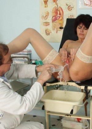 Развратный доктор устраивает зрелой женщине тщательный осмотр – она совсем не ожидала такого - фото 15