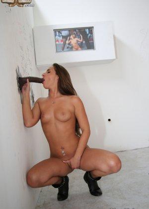 Соблазнительная развратница трахается членом в попку стоя раком у стены - фото 9