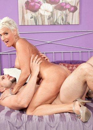 Зрелая блондинка развлекается со своим любовником, пока муж уехал в командировку - фото 7