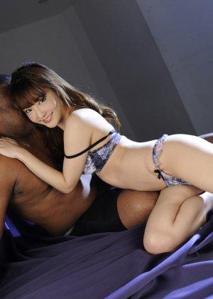 Азиатка показывает свое молодое тело и волосатую киску негру, а затем позволяет себя трахать - фото 3
