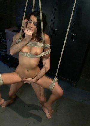 Девушка настолько раскована, что готова к групповому сексу даже связанная и с закрытыми глазами - фото 17
