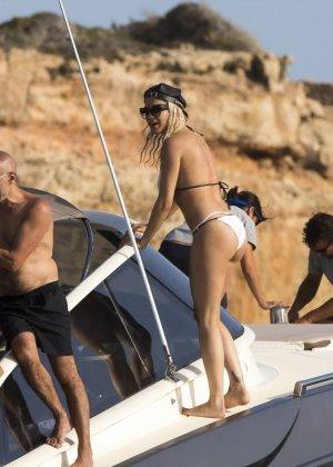 Паренек запичитлил на камеру красивую блондинку в купальнике на яхте - фото 8