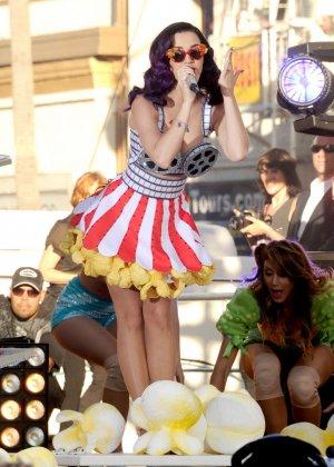 Katy Perry соблазняет своих слушателей эротическими костюмами - фото 9