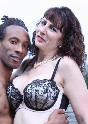 Зрелая темпераментная женщина соблазняет темнокожего мужчину и позволяет себя трогать - фото 12