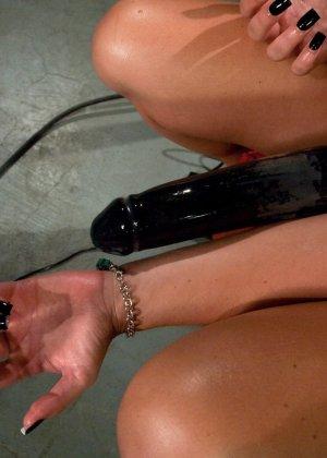 Рисковая блондинка пробует себя на мощной машине, которая доставляет массу удовольствия - фото 23