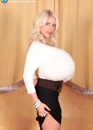 Блондинка с не натуральной грудью вывалила её на осмотр фотографу - фото 3