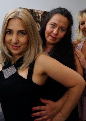 Три дамочки решают развлечься в обществе друг друга, позволяя себе воплощать все фантазии - фото 10