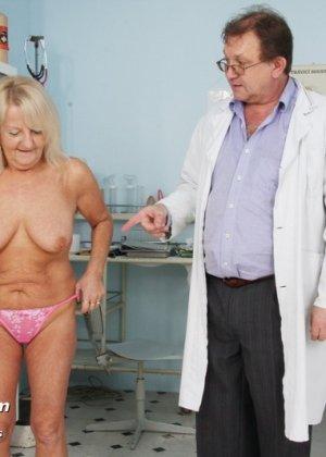 Пожилая женщина приходит на прием к врачу, чтобы показать все свои достоинства перед мужчиной - фото 1