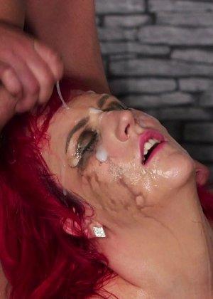 Развратная женщина с необычной внешностью показывает свою смелость в сексуальном плане - фото 18