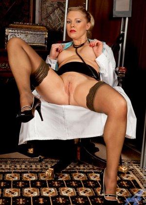 Сочная медсестра занимается мастурбацией своей промежности у себя в кабинете - фото 14