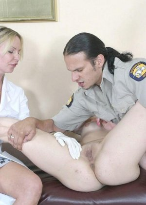 Полицейскому срочно потребовался мазок из пизды подозреваемой, а симпатичная медсестра помогла ему в этом - фото 10