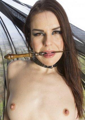Развратница соглашается участвовать в дикой оргии, где она принимает на себя нескольких мужчин - фото 5