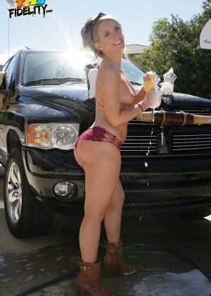 Харли Джэйд моет машину в обнаженном виде - фото 8- фото 8- фото 8