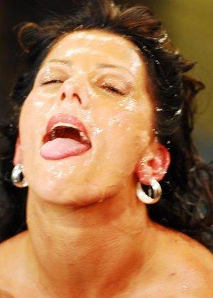 Брюнетке на лицо извергают очень большое количество горячей спермы - фото 11