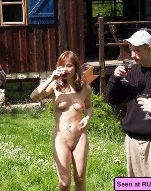 Девки получают удовольствие, когда на их голые пезды и сиськи смотрят толпами мужики - фото 2