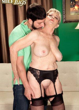 Зрелая проститутка вспоминает свою молодость и скачет на упругом члене брутального парня - фото 9