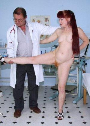 Женщина в возрасте встает в разные позы, чтобы дать развратному врачу рассмотреть себя везде - фото 6