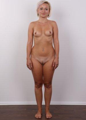 Блондинка на порно кастинге снимает все белье и оголит свои аккуратные сексуальные соски - фото 12