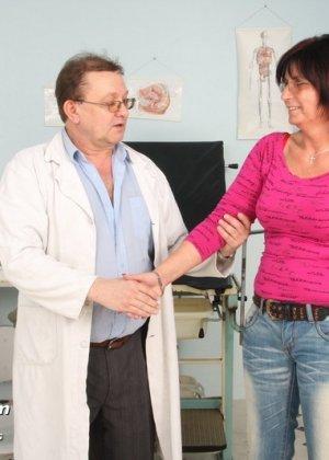 Зрелая женщина приходит на прием к гинекологу, раздвигает ноги и с удовольствием дает себя осмотреть - фото 1