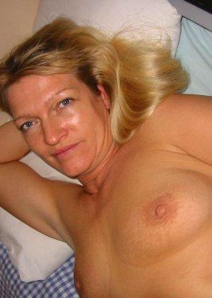 Зрелую блондинку с рыхлой пиздой трахает паренек от первого лица - фото 11