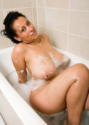 Роскошная латинская зрелая женщина моется в ванной и демонстрирует свои огромные сиськи и раскрытую пизду - фото 3