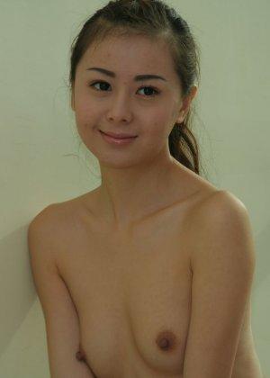 Худенькая азиатка блещит перед камерой своей мелкой грудью - фото 4