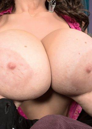 Женщина с большими буферами показывает свою красивую грудь лысому мужчине, а он восхищается - фото 10