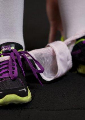 Развратные сучки остаются наедине в спортивном зале, чтобы доставлять друг другу удовольствие разными предметами - фото 7