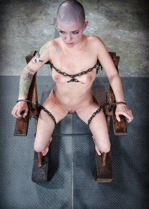 Лысую девку привязали к стулу и прицепили провода за её клитер - фото 9