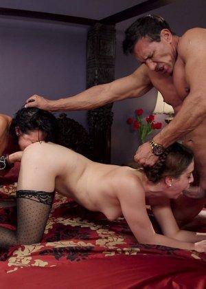 Бдсм для этой сексуально брюнетки устраивает семейная парочка, удовлетворить двоих нелегко - фото 14