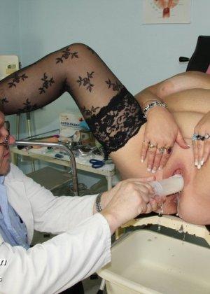 Зрелая женщина приходит на визит к гинекологу и она показывает ему все свои интимные части тела - фото 11